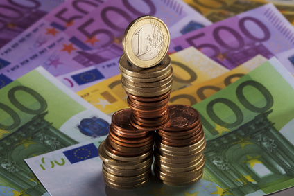 Münzstapel stehen auf Euro Scheinen