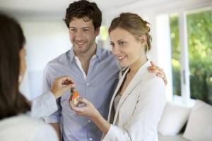 Junges Paar beim Hauskauf