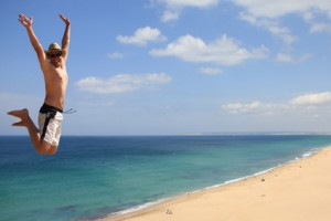 Mann springt am Strand