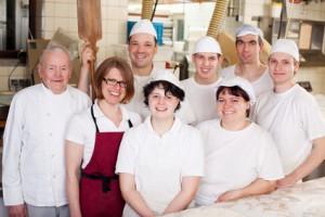 Bäckerteam in der Backstube