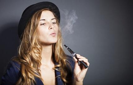 Eine Frau raucht E-Zigarette