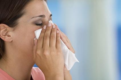 niesen und husten: Frau mit Taschentuch